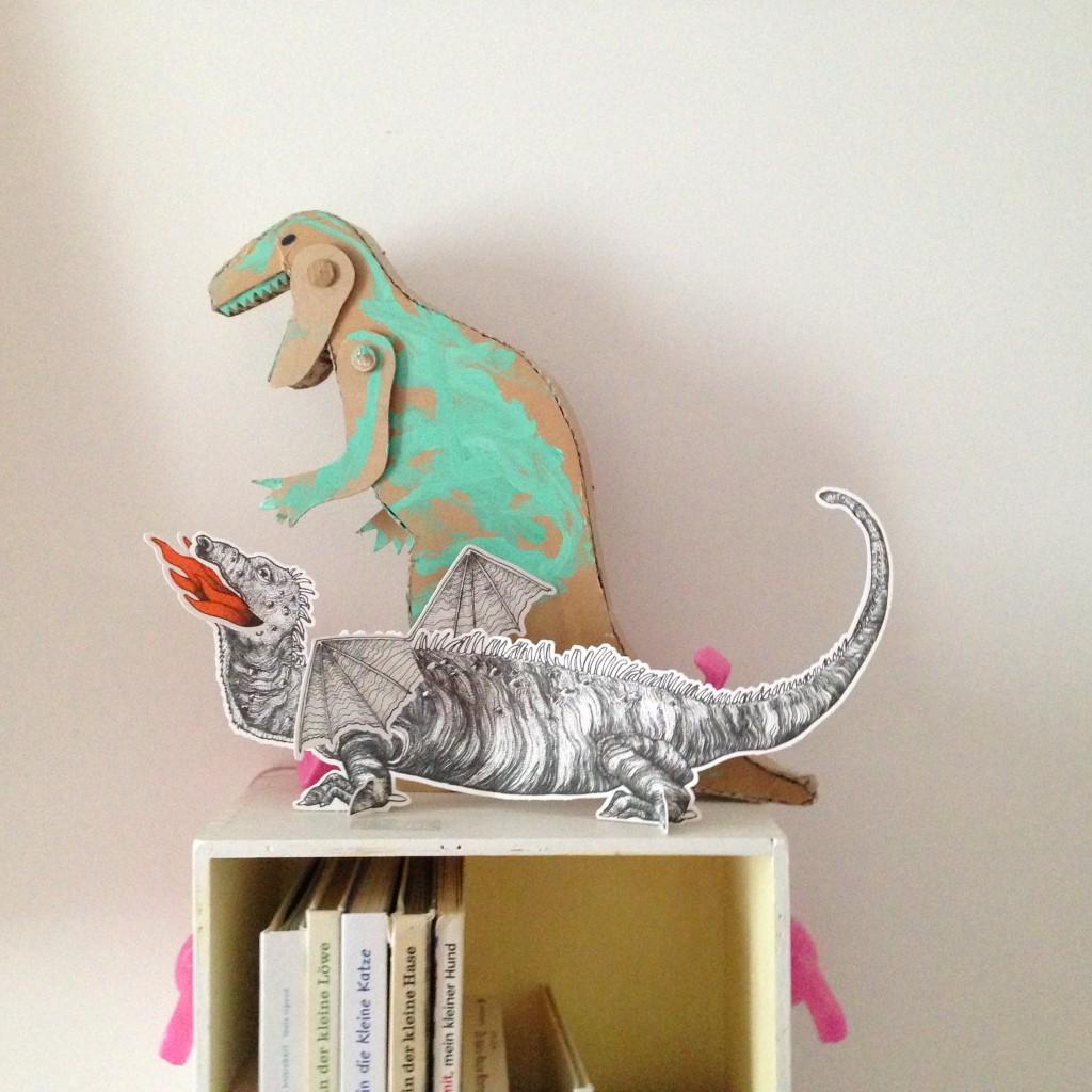Ein Imaginary Wanderings Press-Drache im Wohnzimmer